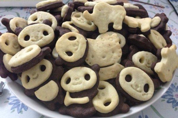 1.鸡蛋打散后加入A的淡奶油和甜炼乳,搅拌均匀    2.筛入A的低筋面粉,直接倒入A的可可粉和盐、白糖粉    3.拌匀,揉成面团就好了,不用多揉,擀成面饼,放进冰箱最少半个小时。接下来用B材料用一样的步骤做白色面饼冻起来。    4.取出面饼,用模具印出熊猫底    5.