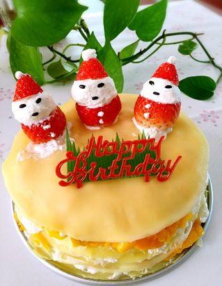 18,草莓切开,用奶油做成小雪人,装饰在蛋糕上就可以了