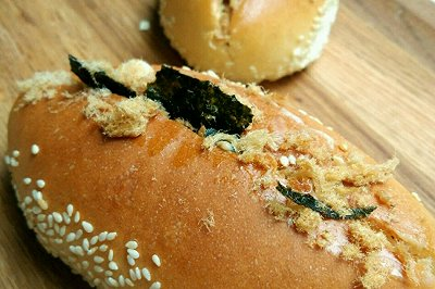 芝麻底肉松海苔小面包