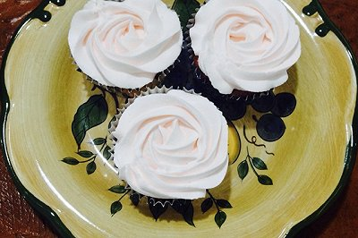 红丝绒玫瑰花纸杯蛋糕